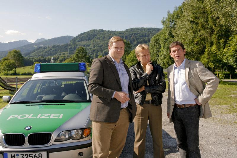 Mord im Fußballclub: Die Kommissare Hartl (Michael A. Grimm, l.) und Lind (Tom Mikulla, r.) sowie Polizist Mohr (Max Müller, m.) recherchieren vor Ort. – Bild: ORF