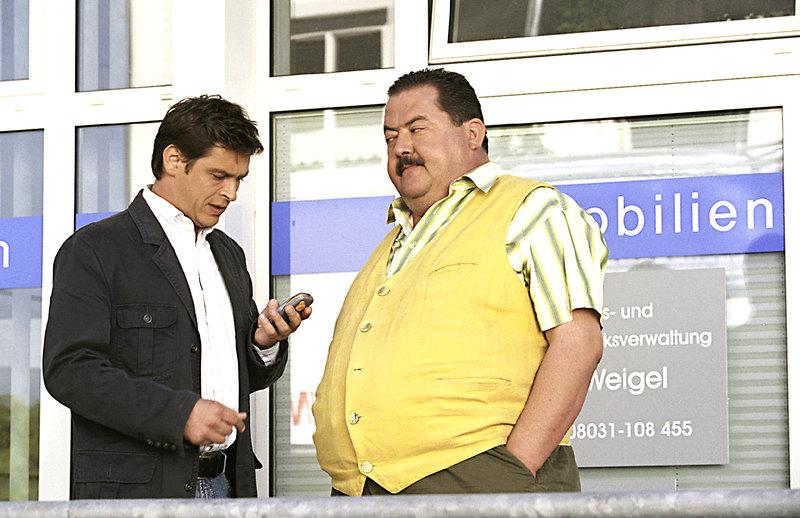 Gar nicht gut, ist Rosenheim-Cop Korbinian Hofer (Joseph Hannesschläger, r.) auf seinen Kollegen Christian Lind (Tom Mikulla) zu sprechen, denn er hat zurecht den Veracht, dass Christian Lind wegen einer hübschen Verdächtigen in dem Fall nicht so ganz objektiv den Ermittlungen nachgeht. – Bild: ZDF