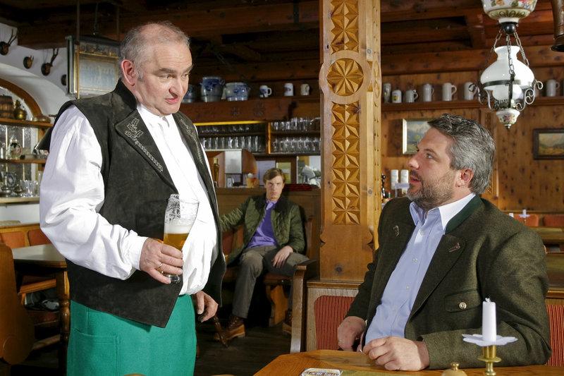 Kommissar Stadler (Dieter Fischer, r.) hält Dorfwirt Lohner (Sigi Zimmerschied, l.) für durchaus tatverdächtig. – Bild: ZDF