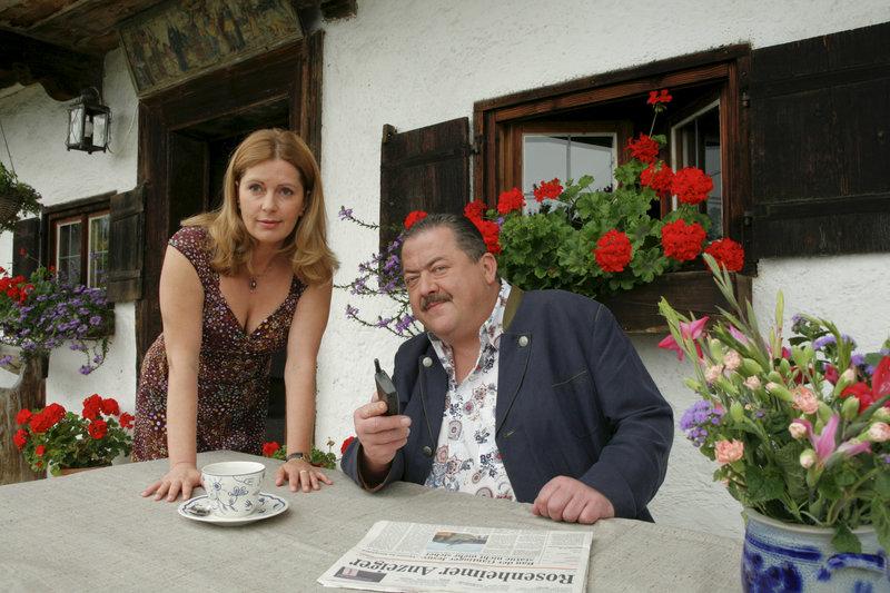 Marie (Karin Thaler, l.) gibt ihrem Bruder Korbinian (Joseph Hannesschläger, r.) den entscheidenden Tipp bei der Aufklärung im Mordfall an einer Rentnerin. – Bild: ORF