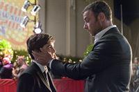 Ray (Liev Schreiber, r.) hält sein Versprechen: Er hat Sohn Conor (Devon Bagby, l.) als Ehrengast zu den Kids Choice Awards gebracht. – © ZDF und Suzanne Tenner