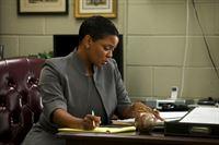 Bezirksstaatsanwältin Sondra Person (Sharon Morris) ist nicht von Daniels Unschuld überzeugt. – © ARTE France / © Blake Tyers