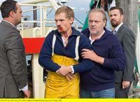 NDR Fernsehen REIFF FÜR DIE INSEL - KATHARINA UND DIE DÄNEN, am Donnerstag (13.11.14) um 22:00 Uhr. Thies (Jan-Gregor Kremp, 2. v. re.) bringt den verletzten Fischer Finn (Remo Schulze, 2. v. li.) in Sicherheit. – © Degeto/Gordon Muehle