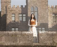 Mary (Adelaide Kane), die junge Königin von Schottland, wurde seit ihrem neunten Lebensjahr in einem Kloster versteckt. Nun, mit 15 Jahren, kehrt sie zurück an den französischen Hof, denn sie ist seit ihrer Kindheit dem Thronfolger von Frankreich versprochen ... – © 2013 The CW Network, LLC. All rights reserved. Lizenzbild frei