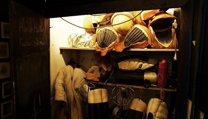 """NDR Fernsehen 7 TAGE... IN DER STUDENTENVERBINDUNG, am Sonntag (19.10.14) um 15:15 Uhr. In einem Schrank werden die Übungswaffen, genannt """"Schläger"""", die Schutzhandschuhe, genannt """"Paukstulpen"""", und die Schutzkleidung für das Mensurtraining gelagert. – Bild: Tagesschau24"""