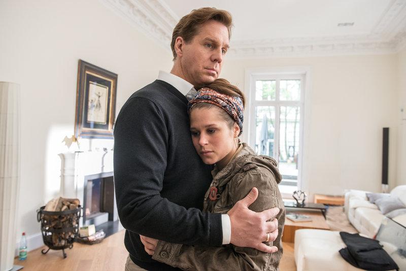 Thomas Sautier (Thomas Heinze) trauert mit seiner Tochter Jennifer (Cristina do Rego) um seine ermordete Frau. Doch ist seine Trauer wirklich echt? – Bild: ZDF