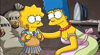 Lisa (l.) beschließt die Schule zu wechseln und will nun die Cloisters-Akademie, eine Eliteschule, besuchen. Marge (r.) hat einen ganz besonderen Weg gefunden, ihrer Tochter den Besuch auf dieser Privatschule zu ermöglichen. – Bild: ProSieben