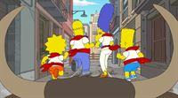 In großer Gefahr: Lisa (l.), Homer (2.v.l.), Maggie (M.), Marge (2.v.r.) und Bart (r.) ... – Bild: 2013 Twentieth Century Fox Film Corporation. All rights reserved. Lizenzbild frei