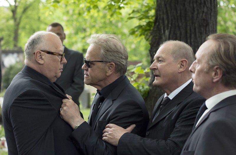 Bei der Beerdigung seines Sohnes Oliver Griebnitz attackiert Frank Griebnitz (Jürgen Heinrich, 2.v.l.)Karl-Heinz Kröhmer (Thomas Thieme, l.) Manfred Degenhardt (Burghart Klaußner, 2.v.r.) und Gerd Meichsner (Wilfried Hochholdinger, r.) versuchen ihn zurückzuhalten. – Bild: ARD/Frédéric Batier