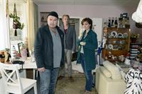 Die Ermittler (Florian Martens, Kai Lentrodt, Maja Maranow, V.l.n.r.) verschaffen sich einen ersten Eindruck vom Tatort. – © ZDF und Katrin Knoke