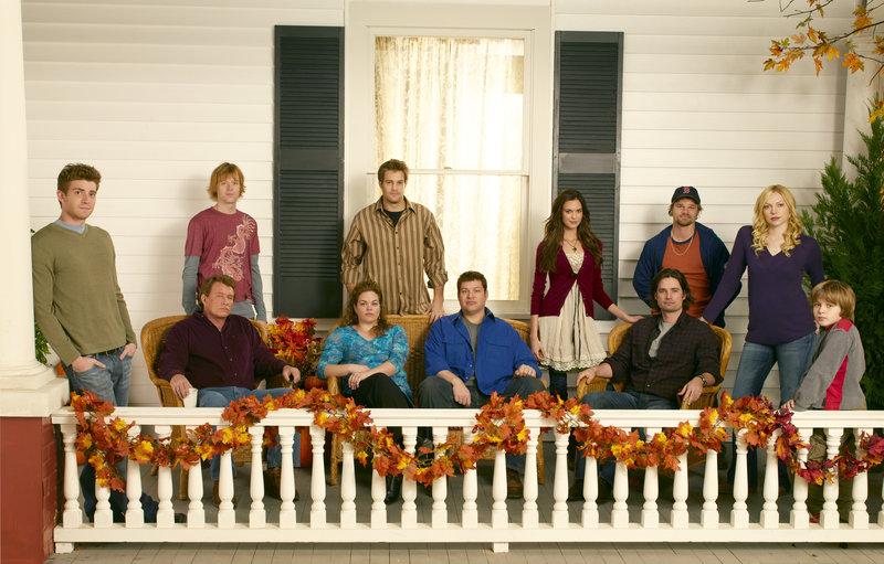 "OCTOBER ROAD - ABC's ""October Road"" stars Bryan Greenberg as ""Nick Garrett,"" Tom Berenger as ""The Commander,"" Jay Paulson as ""Physical Phil,"" Rebecca Field as ""Janet Meadows,"" Geoff Stults as ""Eddie Latekka,"" Brad William Henke as ""Owen Rowan,"" Odette Yustman as ""Aubrey,"" Warren Christie as ""Ray 'Big Cat' Cataldo,"" Evan Jones as ""Ikey,"" Laura Prepon as ""Hannah Daniels"" and Slade Pearce as ""Sam Daniels."" (ABC/BOB D'AMICO) – Bild: c 2007 American Broadcasting Companies, Inc. All rights reserved. NO ARCHIVE. NO RESALE."