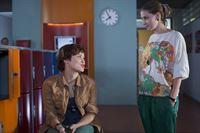 Bella (Marie Meinzenbach) erkundigt sich bei Jo (Lena Kaufmann), ob alles okay ist. – © MDR/Anke Neugebauer