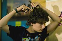 Tommy (Lucas Leppert) hat die Faxen dicke, er schneidet sich seine Haare selbst ab. – © MDR/Anke Neugebauer