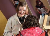 Roxy (Helene Mardicke) erfährt von Pippi (Marie Borchardt), dass ihre Bilder ausgestellt werden sollen. – © MDR/Anke Neugebauer