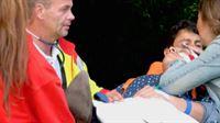 Verletzt wird der Bullenreiter Enrique von den Sanitätern weggebracht.. – © RTL II