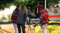 Der Pfleger der Elefanten wird von den Rettungssanitätern abtransportiert. Er hatte Glück im Unglück.. – © RTL II