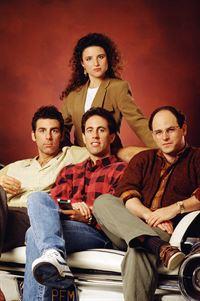 2. Staffel (v.l.): Cosmo Kramer (Michael Richards), Elaine (Julia Louis-Dreyfus), Jerry Seinfeld (Jerry Seinfeld) und George Constanza (Jason Alexander) – © RTL NITRO