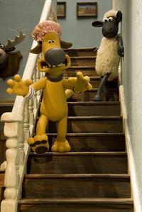 Wachhund auf der Flucht: Shaun erkennt seinen Freund Bitzer kaum wieder. – © WDR/Aardman Animation Ltd./BBC