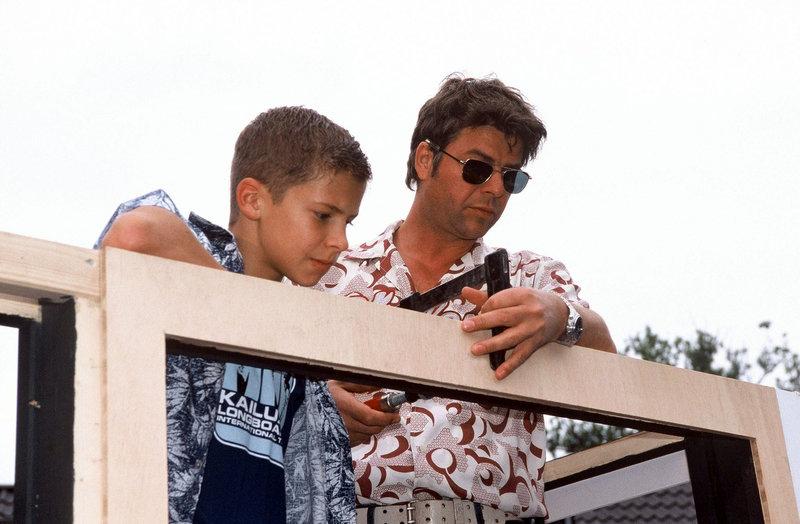Flo (Tim Grindau, l.) hilft Jupp (Uwe Fellensiek, r.) beim Bau des Wagens. – Bild: Sat.1 Emotions