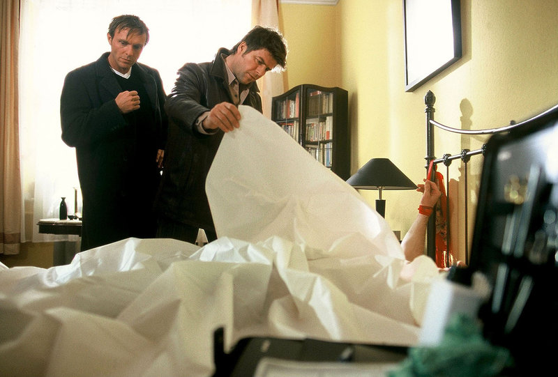 Jupp (Uwe Fellensiek, r.) und Falk (Dirk Martens, l.) finden die Leiche eines Mannes, der ans Bett gefesselt ist. Offenbar wurde er nach dem Liebesspiel ermordet ... – Bild: Sat.1 Emotions