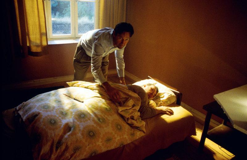 Ole (Helmut Zierl) deckt den ermordeten Hausmeister zu. – Bild: Sat.1 Gold