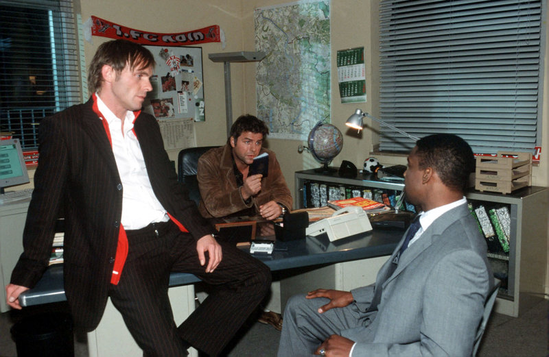Gegenüber Jupp (Uwe Fellensiek, M.) und Falk (Dirk Martens, l.) beteuert Luke (Hervé Clemont, r.) seine Unschuld. – Bild: Sat.1 Emotions