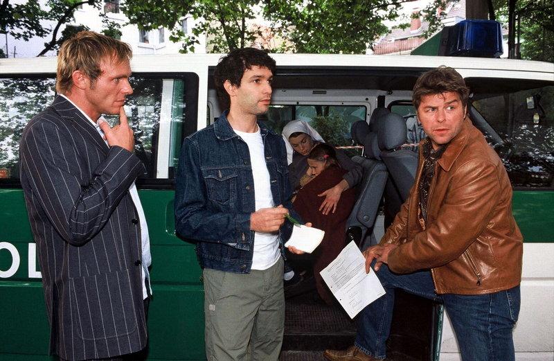 Nachdem auf Olga geschossen wurde, kommen die Beamten Falk (Dirk Martens, l.), Jupp (Uwe Fellensiek, r.) und Gino (Luca Zamperoni, M.), um vor Ort zu ermitteln. – Bild: Sat.1 Gold