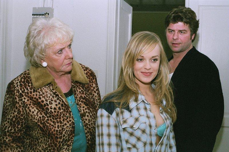 Berta (Ingrid Stein, l.) entdeckt empört, dass die junge und attraktive Andrea (Friederike Kempter, M.) diese Nacht in Jupps (Uwe Fellensiek, r.) Zimmer geschlafen hat. – Bild: Sat.1 Emotions
