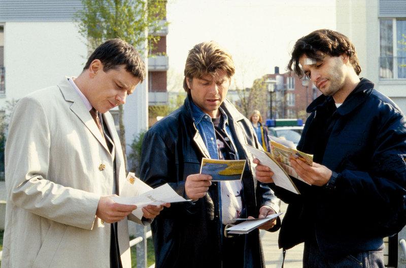Die Kommissare (v.l.n.r.) Taube (Christian M. Goebel), Jupp (Uwe Fellensiek) und Gino (Luca Zamperoni) suchen im Wohngebiet der ermordeten Simone Borowiak nach Spuren. – Bild: Sat.1 Gold