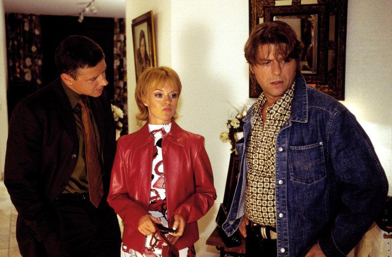 Monika Koch (Jessica Kosmalla, M.) wird von Jupp (Uwe Fellensiek, r.) und Taube (Christian M. Goebel, l.) zu dem Einbruch in der Villa befragt. – Bild: Sat.1 Gold