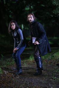 Ist es wirklich eine gute Entscheidung, als Ichabod (Tom Mison, r.) und Abbie (Nicole Beharie, l.) ein Monster zum Leben erwecken, um Katrina zu retten ... – © 2014 Fox and its related entities. All rights reserved. Lizenzbild frei