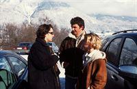 """""""Soko Kitzbühel"""", """"Blutiger Schnee."""" Während einer Skitour im Hochgebirge, die der Groß-Spediteur Harbeke und seine Frau Sabine - trotz höchster Lawinengefahr - nur zu zweit unternommen haben, kommt es zu einer Tragödie: Harbeke wird unter einer abgegangenen Lawine tot aufgefunden, der Notarzt stellt eine klaffende Kopfwunde fest, die er sich beim Sturz zugezogen haben müsste. Die schwere Verletzung könnte aber auch von der Biwak-Schaufel seiner Frau stammen, die der Lawine entkommen ist. Das Ehepaar hatte für die Zeit des Skiurlaubs bei der Gräfin Schönberg gewohnt, und dort auch wird die Witwe von Karin Kofler und Andreas Blitz wegen Mordverdacht verhaftet. Wichtige Informationen liefern sowohl David Willrich, der Wirt der Bodenhütte, und seine Frau Marie, aber auch Waldemar Fiedler, Harbekes Geschäftsführer. Bei einem Fastnacht-Umzug kommt es zum Showdown.Im Bild (v.li.): Alexander Lutz (Waldemar Fiedler), Hans Sigl (Andreas Blitz), Kristina Sprenger (Karin Kofler). – Bild: ORF2"""
