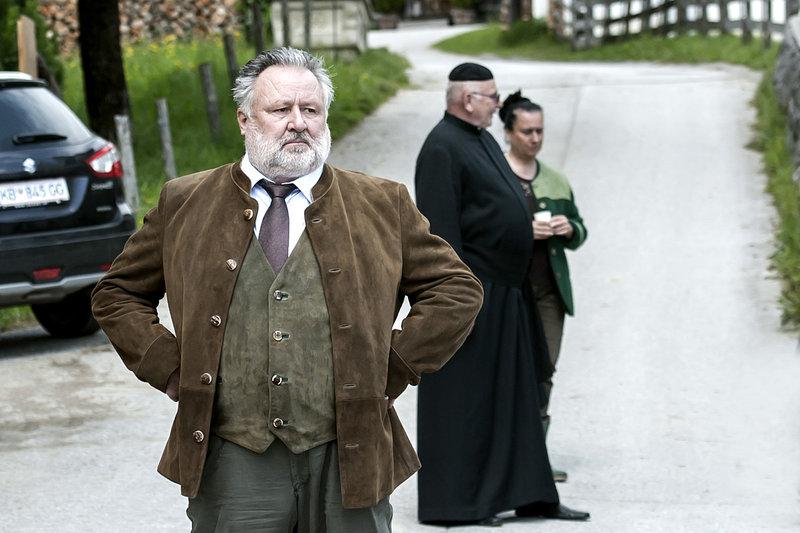 Bürgermeister Fritz Wildauer (Ludwig Dornauer, vorne) demonstriert Selbstbewusstsein. Komparsen hinten. – Bild: ZDF