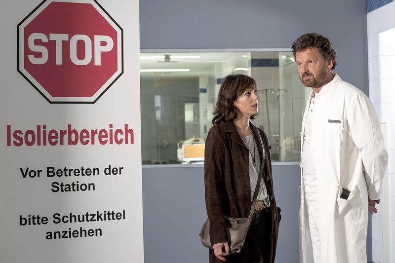 In Kitzbühel droht eine Seuche auszubrechen. Nina Pokorny (Julia Cencig) berät sich mit Dr. Martin (Gabriel Barylli). – Bild: ZDF