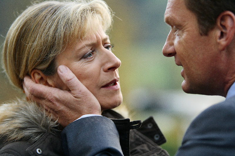 Simon Holler (Gabriel Barylli) und Marie Holler (Tatjana Blachner) am Ende ihrer Ehe. – Bild: ZDF