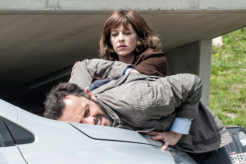 Nina Pokorny (Julia Cencig) nimmt Flugingenieur Kevin Simma (Sami Loris) fest. – Bild: ZDF