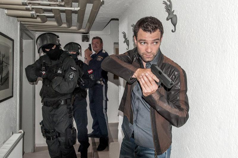 Ferry Öllinger (Kroisleitner, 2.v.re.), Jakob Seeböck (Lukas Roither, re.). – Bild: ZDF