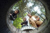 """""""Soko Kitzbühel"""", """"Mörderische Schnitzeljagd."""" Während ihrer Geocaching-Schatzsuche - einer Art von Abenteuerspiel für GPS- und Internet-Benutzer - machen die beiden Freunde Moritz Berger und Hans Salter einen grausigen Fund: Die Leiche einer unbekannten Frau. Beinahe gleichzeitig hat Gräfin Schönberg mit Unterstützung des Adventure-Tours-Veranstalters Benjamin Maier eine """"altmodische"""" Benefiz-Schnitzeljagd organisiert, die zu Gunsten der Waisenhausstiftung einer reichen Argentinierin, stattfindet. Sie hat ihren Vertrauten, Carlos Santigo, testamentarisch als Verwalter der Stiftung eingesetzt, der sich nun in Kitzbühel um die Fertigstellung des Waisenhauses kümmert. Während Karin und Andreas sich um die Identifizierung der Ermordeten bemühen und sich mit den Regeln des Geocoaching auseinandersetzen, kommt es zu einem zweiten Mord. Und wieder sind die Positionsdaten des Leichenfundortes ins Internet gestellt worden.Im Bild (v.li.): Kristina Sprenger (Karin Kofler), Hans Sigl (Andreas Bl – Bild: ORF2"""