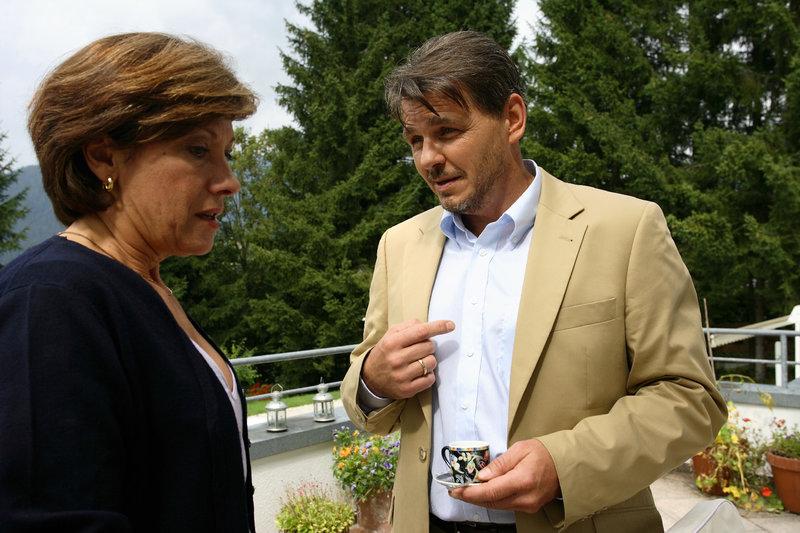 Herbert (Peter Scholz) und Veronika Hartig (Olivia Silhavy)geben kein sehr harmonisches Bürgermeister-Ehepaar ab. – Bild: ZDF