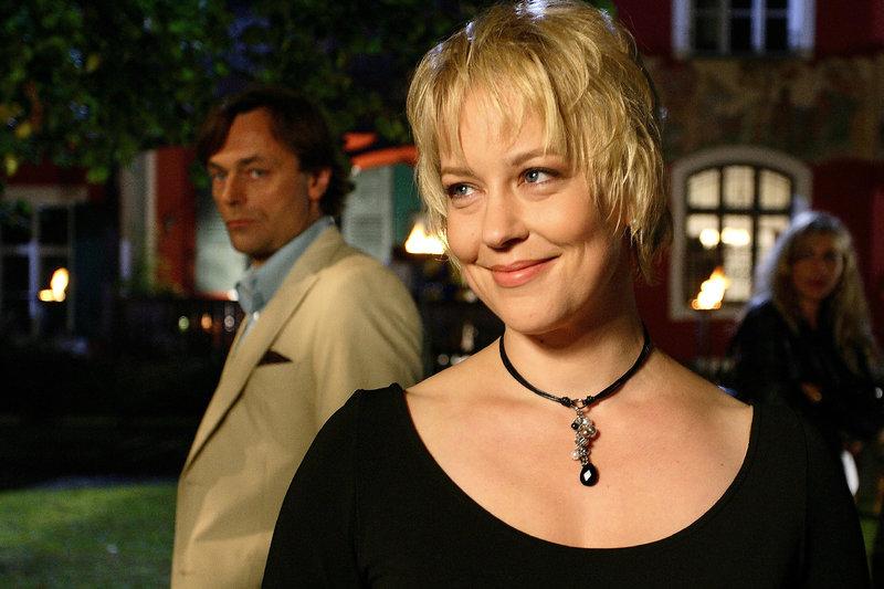 Sonja Grabenhofer (Floriane Daniel) genießt die Garten-Party, der Geschäftsführer ihres Mannes, Julius Posch (Peter Benedict) nicht. – Bild: ZDF