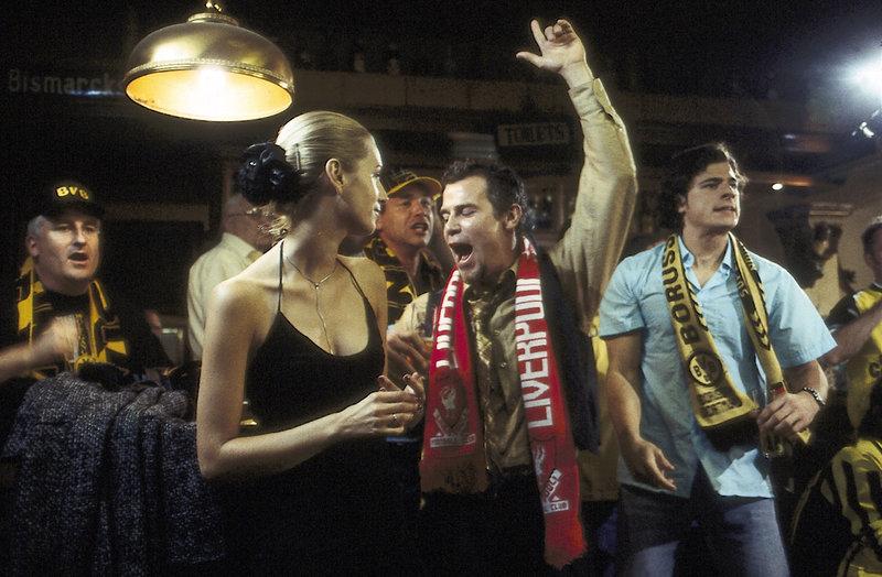 Der englische Tourist Andrew McGill (Tim Williams, Mi.) und seine deutsche Geliebte (Tina Bordihn) begeistern sich in einer Kneipe für den Sieg seines FC Liverpool. Die Fans von Borussia Dortmund haben an diesem Abend weniger Grund zur Freude und empfinden Andrews Gegröle als Provokation. – Bild: ZDF