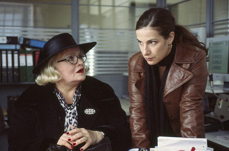 Daniela (Clelia Sarto, r.) ist nicht so überzeugt davon, dass Edith Vogel (Evelyn Meyka) so überhaupt keine Ahnung davon zu haben scheint, wer ihren Gatten auf dem Gewissen hat. – Bild: ZDF