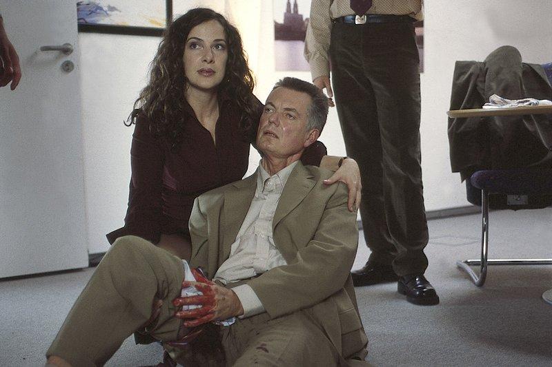 9. Daniela (Clelia Sarto) versorgt einen Angestellten (?), der bei einem Banküberfall angeschossen worden ist, weil er sich geweigert hat, den Banktresor zu öffnen. – Bild: ZDF
