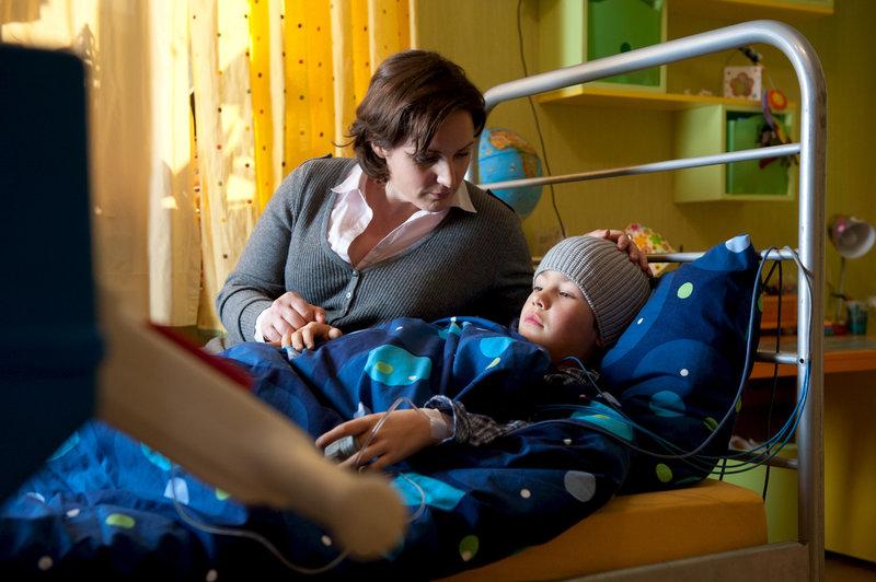 Sabine Schröter (Sanne Schnapp, l.) macht sich Sorgen um ihren leukämiekranken Sohn Dennis (Bela Rölcke, r.). – Bild: ZDF
