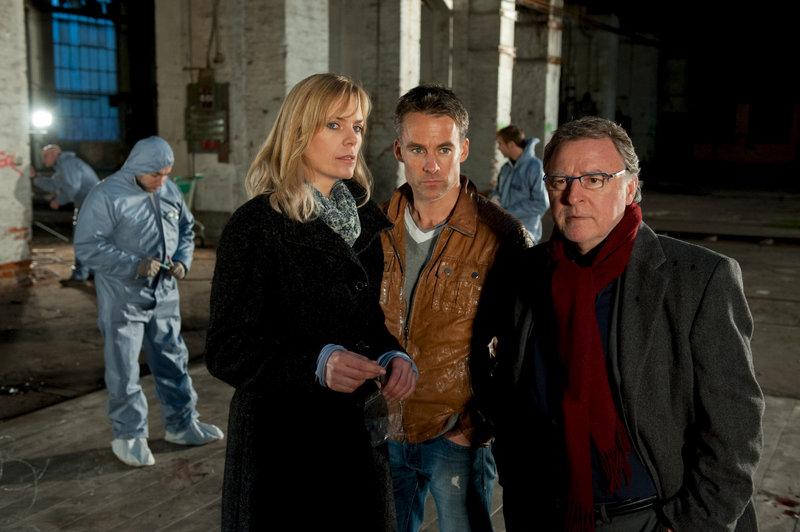 Hajo (Andreas Schmidt-Schaller, r.), Jan (Marco Girnth, m.) und Ina (Melanie Marschke, l.) am Tatort, wo ein illegaler Fight stattgefunden hat. – Bild: ZDF