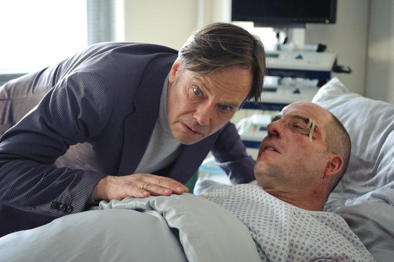 Michael Terdegen (Patrick Imhof, r.) ist aus dem Koma aufgewacht. Sagt er seinem Mann Gerhard (Rainer Will, l.) wer ihn so übel zugerichtet hat? – Bild: ZDF