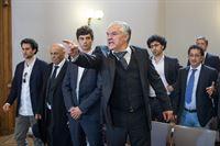 v.l.n.r.: Komparsen, Franco Catanzaro (Emilio De Marchi), – © ZDF und Uwe Frauendorf