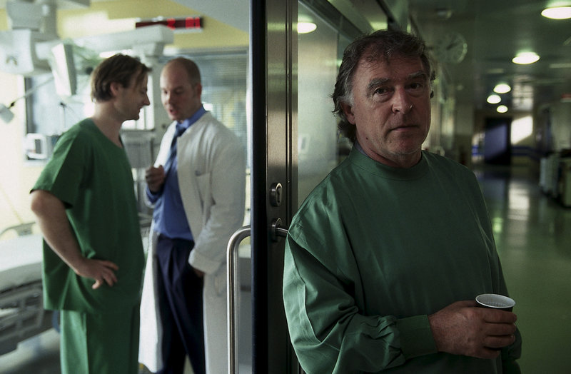 Hajo (Andreas Schmidt-Schaller, r.) hört zufällig ein Gespräch zwischen Jans behandelndem Arzt Dr. Steffen (Uwe Fischer, l.) und dessen Chefarzt (Patrick Imhof, m.) mit. Offensichtlich scheint der Zustand seines Kollegens sehr kritisch zu sein. – Bild: ZDF