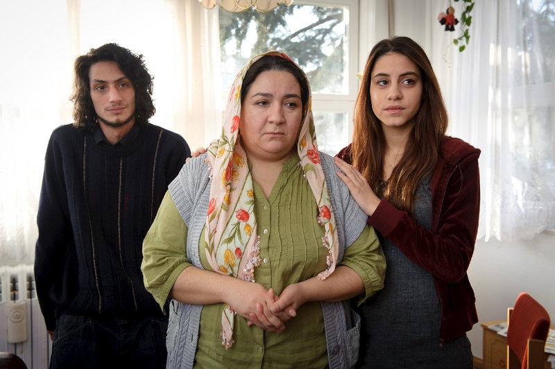 Leyla Demir (Hülya Duyar, m.) ist geschockt, als sie hört, dass der Lehrer ihrer Integrationsklasse ermordet wurde. Hat ihr Sohn Mustafa (Burak Yigit, l.) etwas mit dem Mord zu tun? (Ferah Demir: Almila Bagriacik, r.) – Bild: ZDF