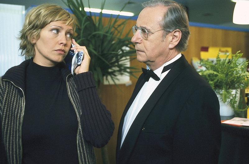 2. Hauptkommissar Schickl (Wilfried Klaus) ist froh, dass bei dem Anschlag auf Susanne v. Hagenberg (Christine Döring) nicht mehr passiert ist. – Bild: ZDF